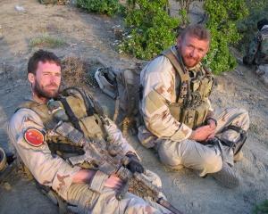 เรือโท ไมเคิล เมอร์ฟี (ซ้าย) ขณะปฏิบัติหน้าที่ในอัฟกานิสถาน